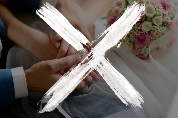 Imagem de mãos dadas de um casal, em que a mulher segura um buquê. Imagem tem um grande X sobreposto